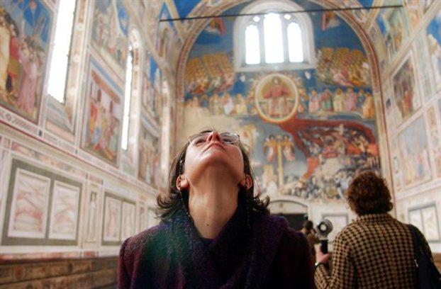 Ενας άθεος μπορεί, σύμφωνα με τον Ντε Μποτόν, να απολαμβάνει το μεγαλείο των εικόνων του Τζιότο χωρίς υποχρεωτικά να υποκύπτει στη λατρευτική τους αξία (στη φωτογραφία το παρεκκλήσι Σκροβένι, στην Πάδοβα, με τοιχογραφίες του ιταλού ζωγράφου)