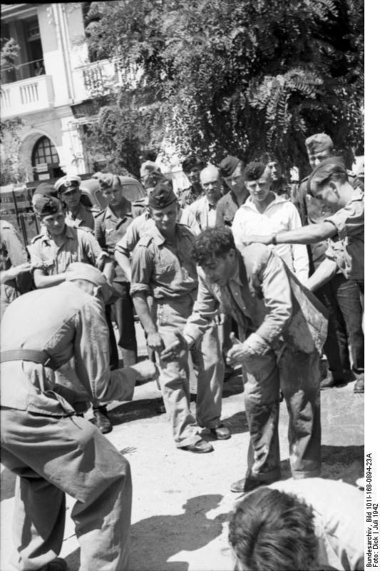 """Εβραίοι εκτελούν """"ασκήσεις"""" μετά ξυλοδαρμών – Jews perform """"calisthenics"""" accompanied by beatings"""